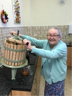 Pressing apples2WB
